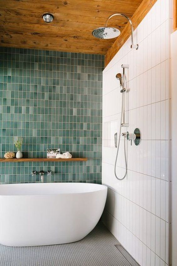 un audace bagno contemporaneo con piastrelle magre bianche e verdi non corrispondenti più un pavimento di piastrelle a mosaico grigio