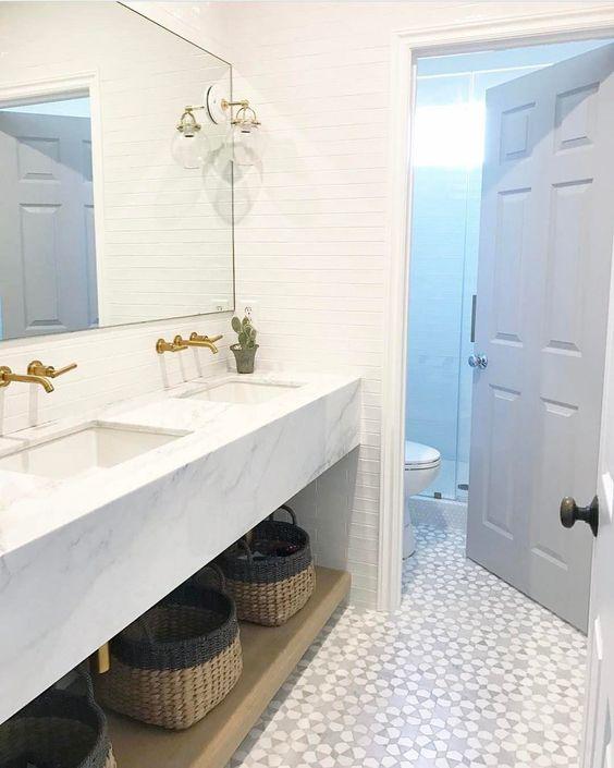 un elegante bagno moderno con piastrelle bianche e un pavimento a mosaico è uno spazio elegante con un tocco accattivante
