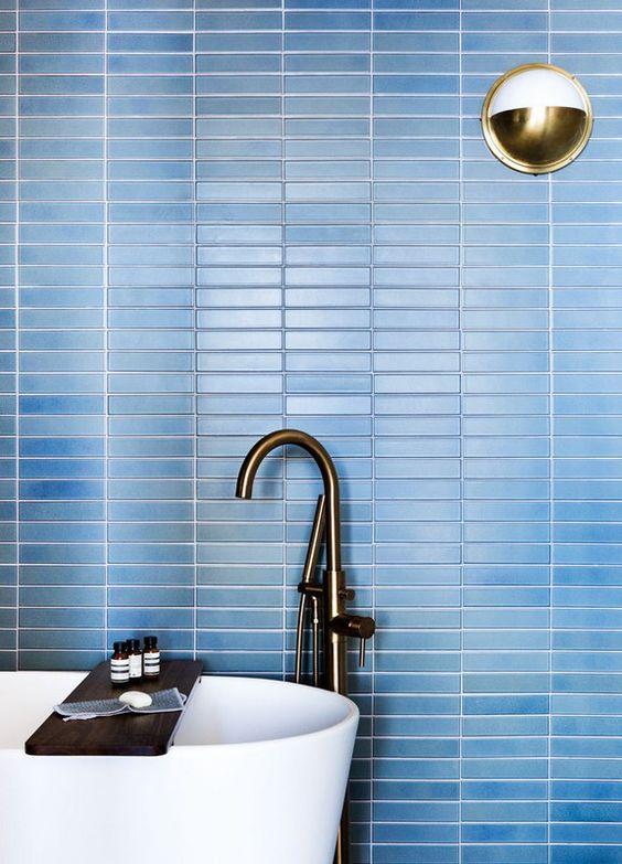 rinfrescare il tuo bagno contemporaneo con laconiche piastrelle blu skinny sul muro accentate con stucco bianco