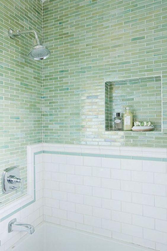 Piastrelle magre verde blu rivestite orizzontalmente abbinate a piastrelle bianche della metropolitana creano un look elegante