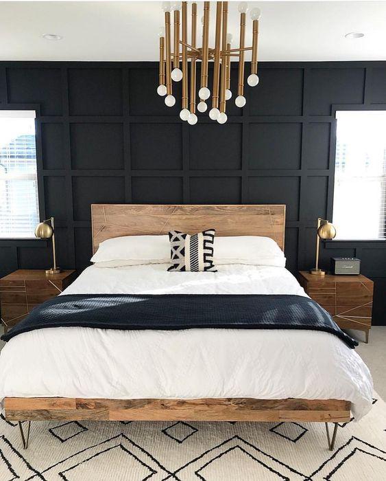 un moderno della metà del secolo incontra una camera da letto scandinava con mobili in legno, un lampadario in ottone e lampade in ottone