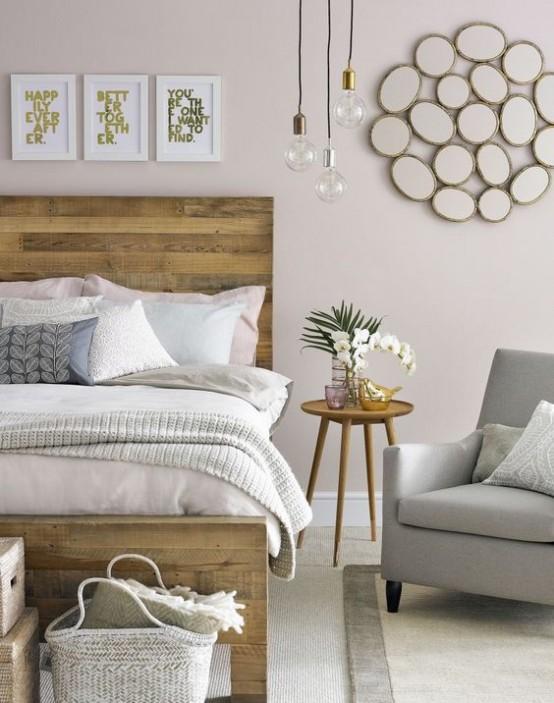 un'accogliente camera da letto moderna della metà del secolo con un letto in legno di pallet, mobili accoglienti, opere d'arte e lampadine a sospensione