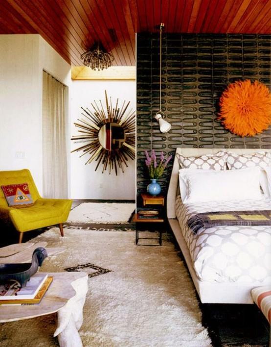 una luminosa camera da letto moderna della metà del secolo con un muro nero accattivante, una sedia color senape, un soffice tappeto e una decorazione arancione sopra il letto