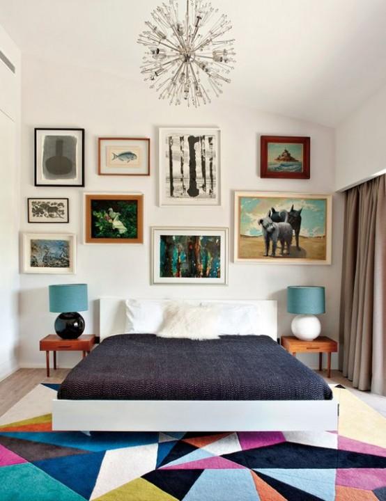 una colorata camera da letto moderna della metà del secolo con un luminoso tappeto geometrico, un letto, comodini laconici e un'eclettica galleria a parete