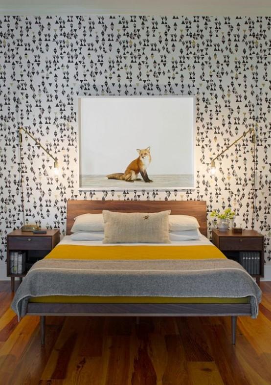 un'accattivante camera da letto moderna della metà del secolo con carta da parati geometrica, semplici mobili colorati e lampade da tavolo dorate
