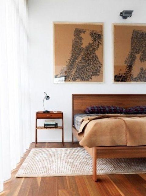 un'elegante camera da letto moderna della metà del secolo con ricchi mobili colorati, opere d'arte, un tappeto e biancheria da letto lunatica