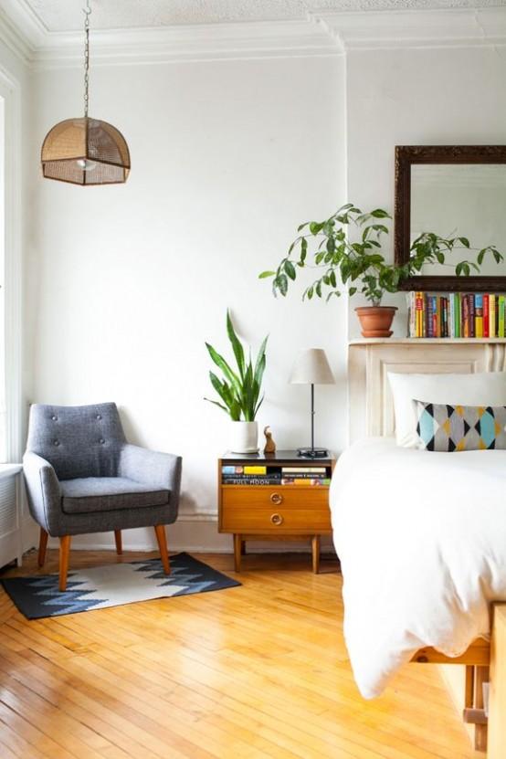 una camera da letto moderna della metà del secolo con un letto, comodini accattivanti, una sedia grigia e una lampada a sospensione