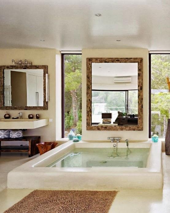 un elegante bagno con una grande vasca incassata, con finestre verticali per le viste e una grande finestra che mantiene la tua privacy