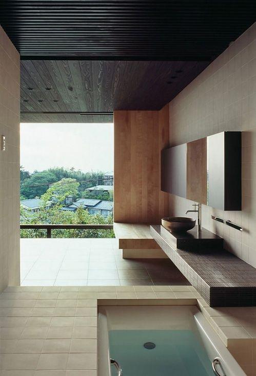 un bagno minimalista con una terrazza con una vasca incassata per vivere esperienze spaziali rilassanti qui