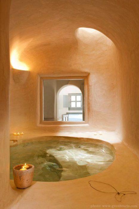 una splendida vasca da bagno incassata o anche una piscina a tuffo sembra essere ritagliata proprio qui e illuminata da un lucernario
