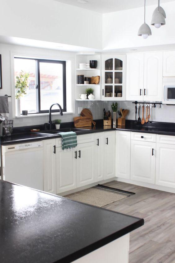 eleganti mobili da cucina bianchi accentati con piano di lavoro macchiati scuri e hardware nero per un look audace