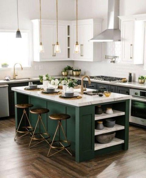 armadi neri con top bianchi e un'isola cucina verde foresta con un piano di lavoro in pietra neutra