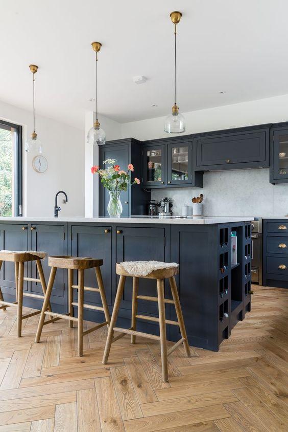 un'elegante cucina da fattoria nera con top bianchi e tocchi di legno per ammorbidire l'aspetto