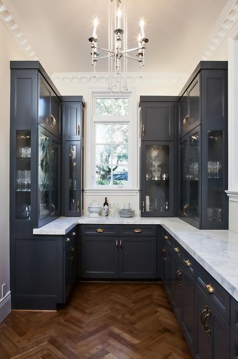 una piccola cucina vintage nera con piani in pietra bianca sembra piuttosto formale, raffinata e molto elegante