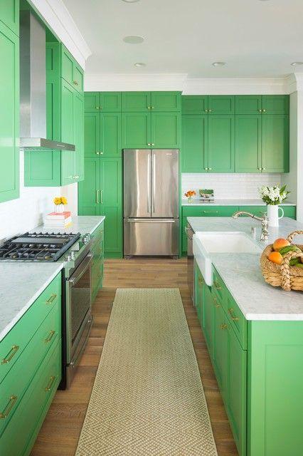 una cucina verde brillante con piano di lavoro bianchi e maniglie neutre è un'idea molto audace