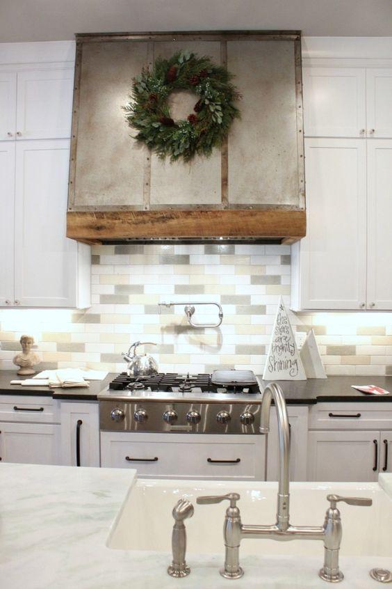 una moderna cucina da fattoria con armadi bianchi e un backsplash di piastrelle skinny a tre toni per aggiungere un tocco di colore tenue