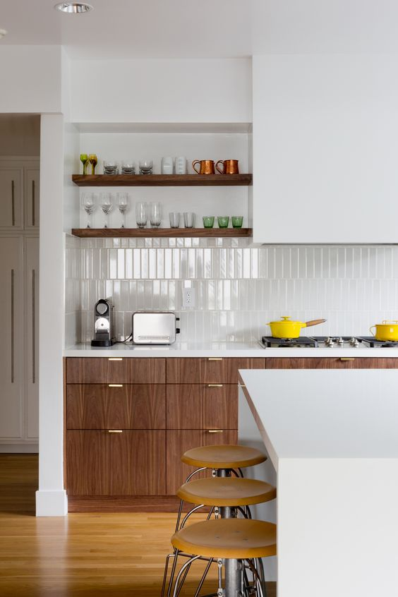 una cucina contemporanea con un tocco rustico con un backsplash di piastrelle bianche magre che brilla un po 'e si abbina alla combinazione di colori