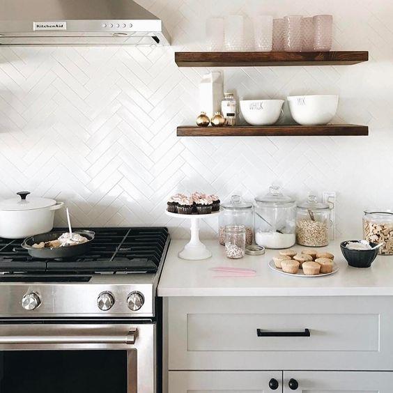 una cucina contemporanea con piastrelle bianche magre sul backsplash e armadi grigi più top cucina bianchi
