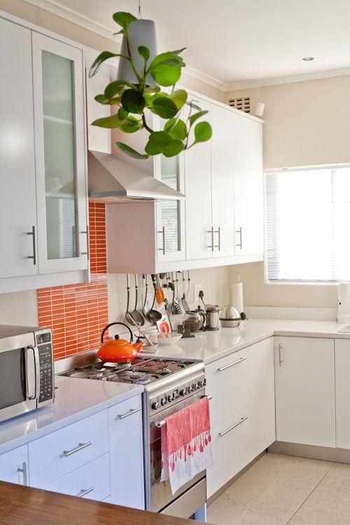 piastrelle magre e luminose evidenziate con malta bianca aggiungono un tocco di colore alla cucina neutra e la rendono più fresca e vivace