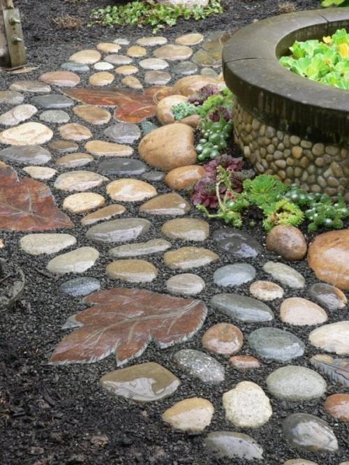 un accattivante sentiero giardino in pietra rotonde di colore tenue e pietre a forma di foglia