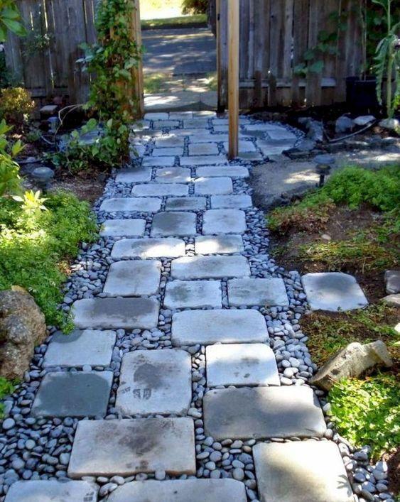 camminamento giardino elegante e confortevole di ciottoli e pietre semplici contrasta il verde intorno