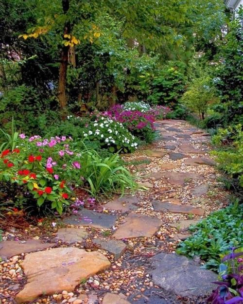 ciottoli e pietre grezze di varie forme e sguardi creano un vialetto molto naturale e rilassato