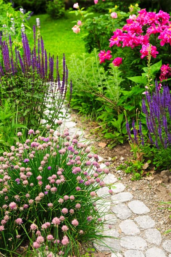 vialetto di pietra semplice e informale con sabbia e ghiaia intorno è un'idea adeguata per molti giardini