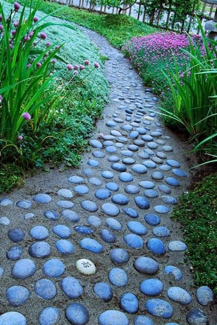 un sentiero di sabbia e pietra nel tuo giardino contrasta con le fioriture luminose e, sebbene sia più difficile camminarci sopra, sembra carino