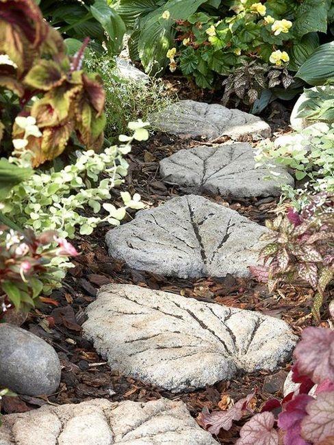 un camminamento da giardino creativo e stravagante fatto di pietre miliari a forma di foglia che puoi fai-da-te