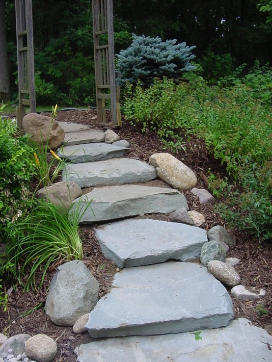 un sentiero accidentato composto da pietre grezze di grandi dimensioni con rocce più piccole che si allineano su questo percorso