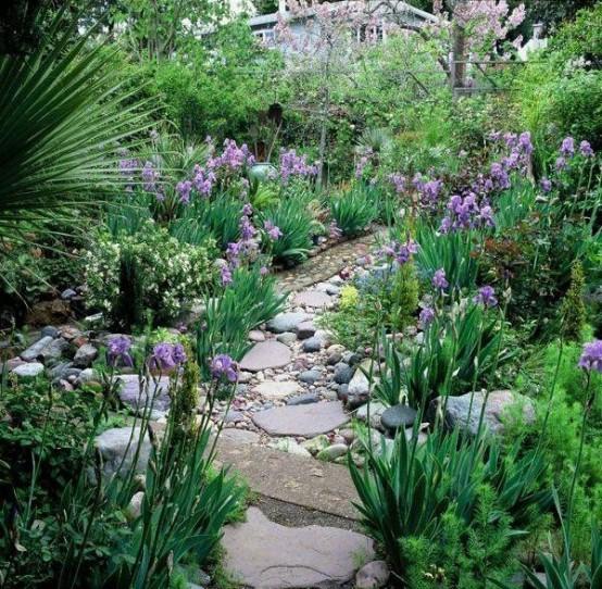 vialetto da giardino in pietra e ciottoli come questo sembra molto naturale e casual e si adatta alla maggior parte dei giardini
