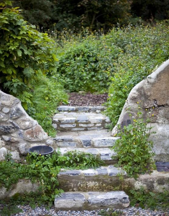 gradini di pietra con sentieri di ciottoli e vegetazione che cresce qua e là rendono lo spazio più fresco