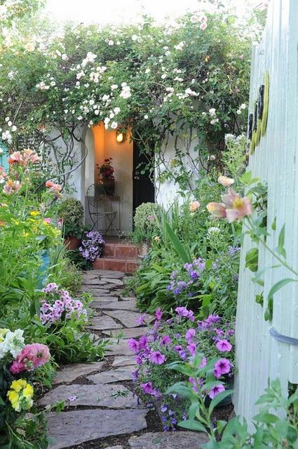 un vialetto di pietra semplice e irregolare è un'idea interessante per la maggior parte dei giardini, aggiungerà un'atmosfera rilassata al tuo spazio