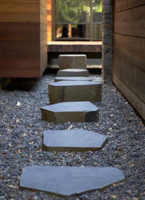 ghiaia e pietre di varie dimensioni, altezze e forme aggiungono interesse al giardino neutro e minimalista