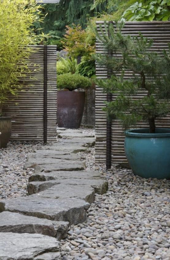 ciottoli e un ampio camminamento di pietra grezza sulla parte superiore corrispondono a piante e schermi in vaso