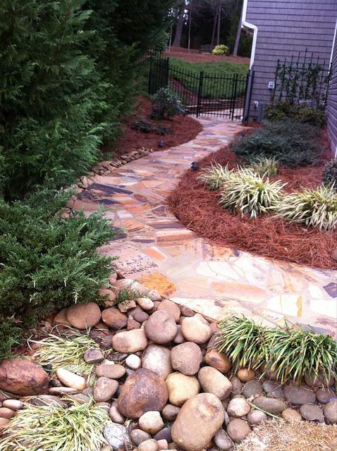 un colorato sentiero da giardino in pietra composto come un monolite rende la camminata molto più facile e confortevole