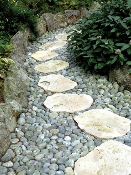 un sentiero del giardino di ciottoli e pietra grezza sembra naturale ma abbastanza curato e accattivante