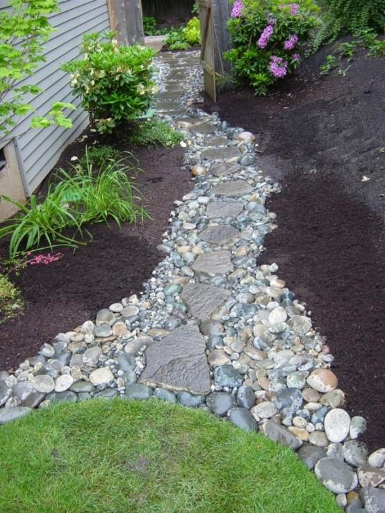 un camminamento di ciottoli e rocce come questo aggiungerà un tocco naturale al giardino e lo renderà più audace