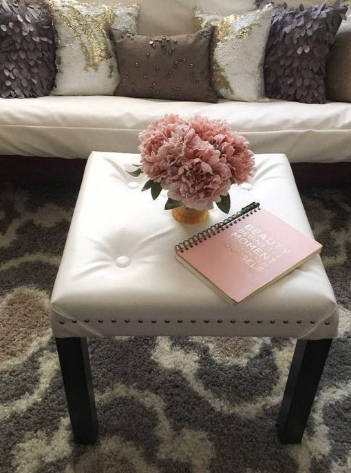 un elegante pouf capitonné realizzato con un tavolo IKEA Lack e pelle bianca è un'idea interessante per aggiungere un tocco elegante