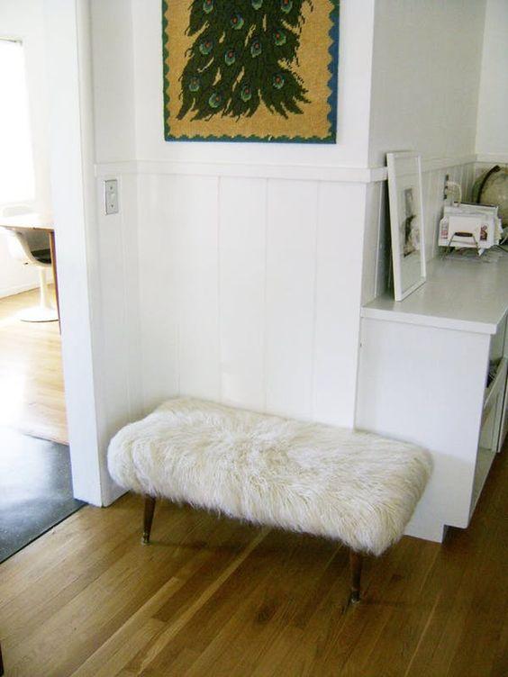 un comodo pouf peloso composto da una panca e un tappeto in pelliccia sintetica IKEA in bianco