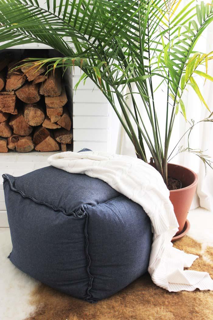 uno splendido pouf moderno blu scuro realizzato con inserti di cuscini IKEA Fjadrar e tessuto Ormkaktus