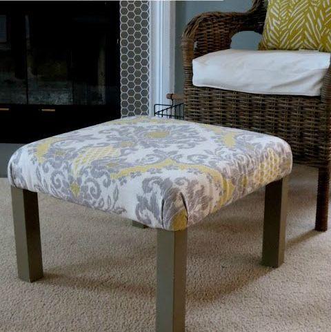 un pouf da soggiorno composto da un tavolo IKEA Lack con tessuto stampato grigio e giallo sulla parte superiore e gambe marroni