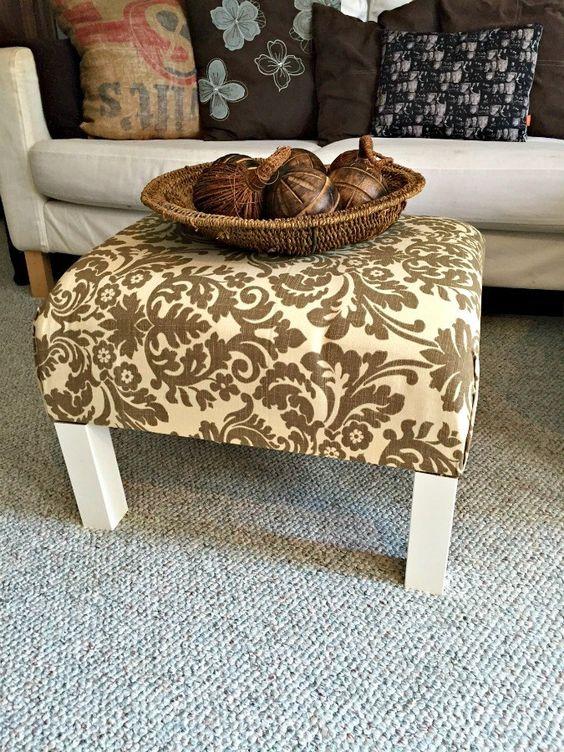 un semplice e vecchio tavolino IKEA Lack trasformato in un elegante pouf con tessuto luminoso sulla parte superiore