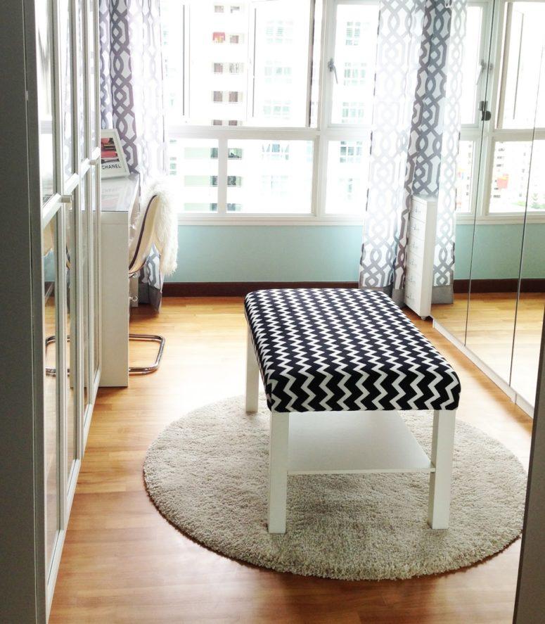 un elegante pouf bianco e nero con stampa chevron realizzato con un tavolo IKEA Lack e un po 'di tessuto