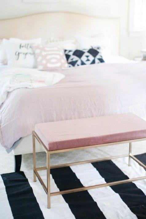 un tavolo IKEA Vittsjo trasformato in un fantastico pouf con un cuscino rosa e vernice spray dorata