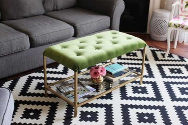 un tavolo IKEA Vittsjo trasformato in un elegante pouf trapuntato con velluto verde e tufting più tocchi d'oro