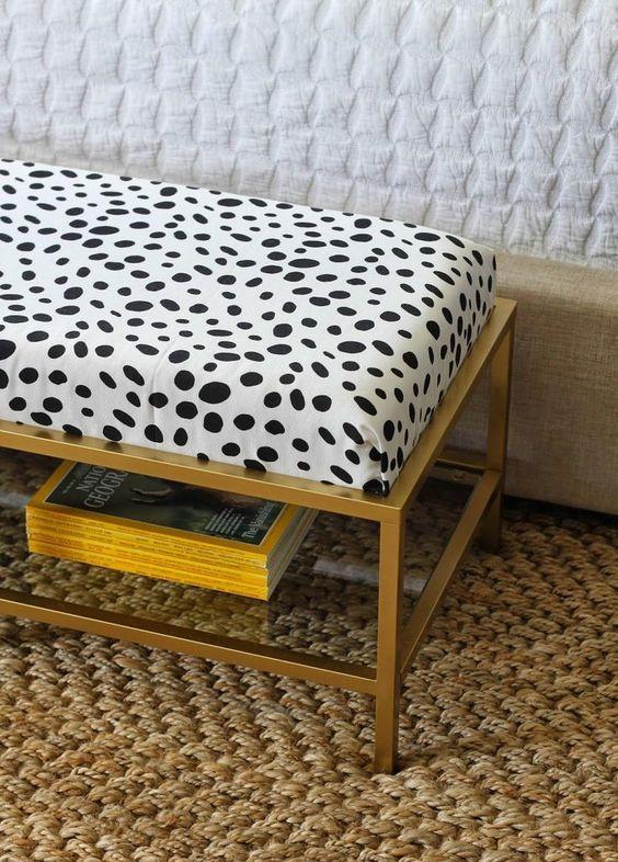 un tavolo IKEA Vittsjo inciso in un ottomano chic con un morbido cuscino e tessuto stampato con animali in cima