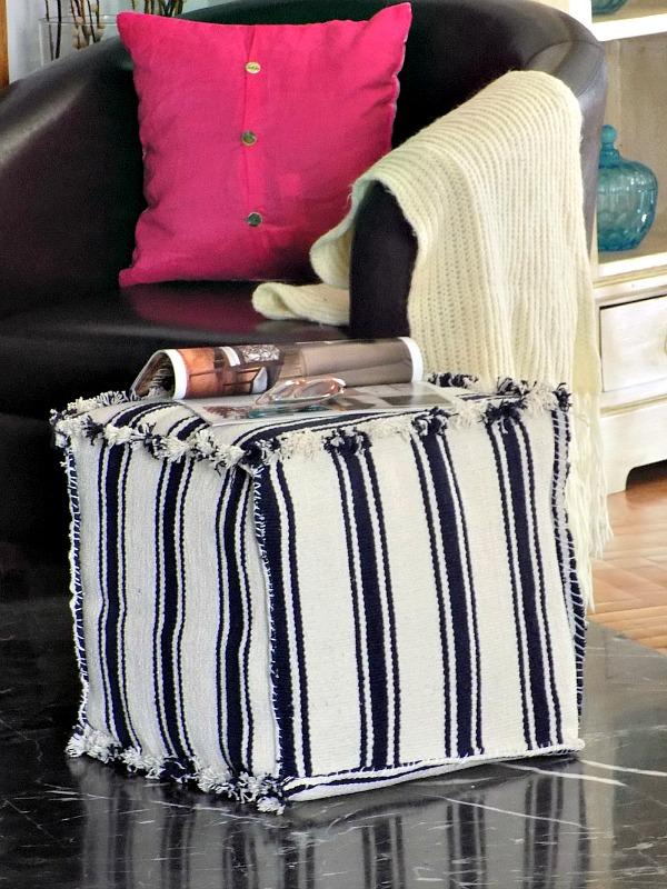 un pouf o pouf fatto di tappeti IKEA a strisce: crea un cubo di compensato e coprilo con tappeti