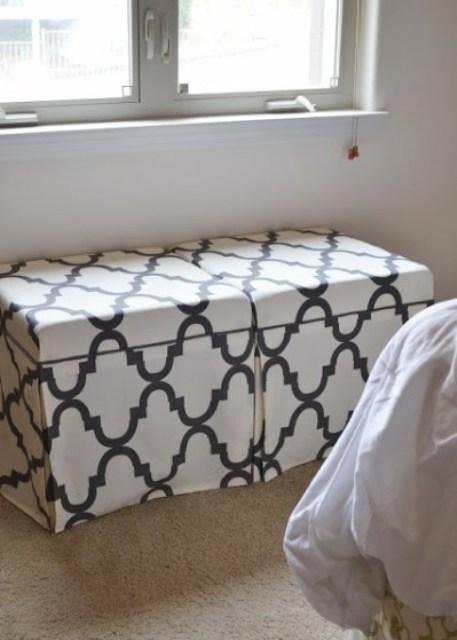 I tavolini IKEA Lack con fodere in tessuto stampato in bianco e nero sono un'idea elegante per un pouf