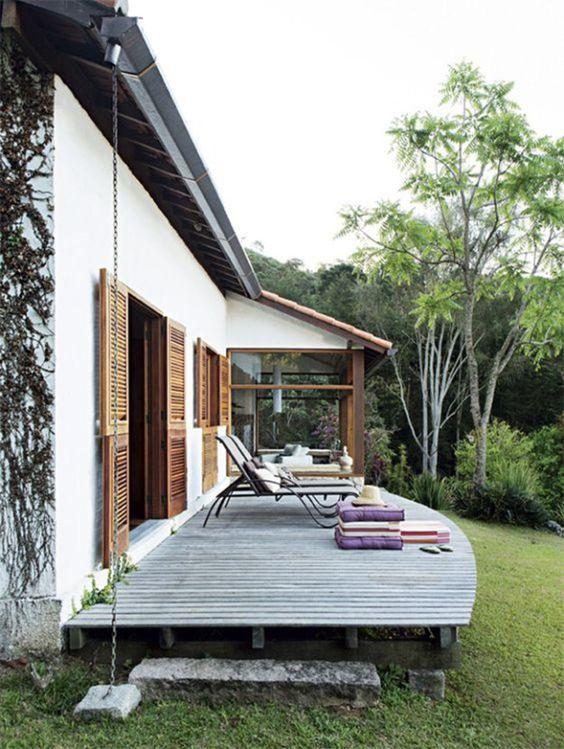 un piccolo e comodo terrazzo scoperto con lettini, cuscini e cuscini di vari colori che aggiungono un tocco vivace